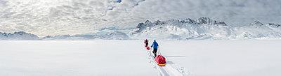 Greenland, Schweizerland Alps, Kulusuk, Tasiilaq, ski tourers - p300m1587846 von Alun Richardson