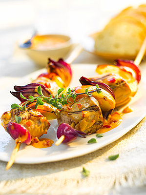 Grill skewer, chicken meat, onion, paprika, sauce, thyme - p300m2012817 by Kai Schwabe