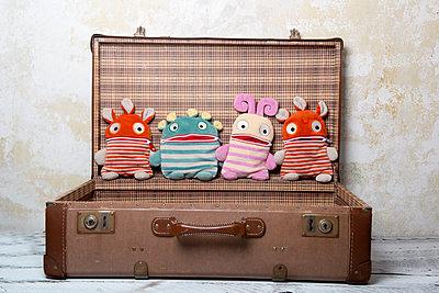 Vier Sorgenfresser im Koffer - p451m1223417 von Anja Weber-Decker