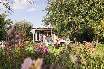 Friends in the allotment garden - p788m2037324 by Lisa Krechting