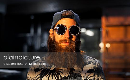 Vollbärtiger junger Mann mit Retro Sonnenbrille - p1324m1165219 von michaelhopf