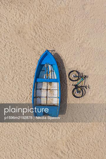 Fischerboot und Fahrrad - p1596m2192878 von Nikola Spasov