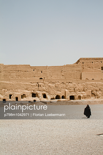Frau im Tschador vor der Zitadelle von Meybod - p798m1042971 von Florian Loebermann