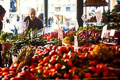 Man at the weekly market in Venice - p1312m2082190 by Axel Killian