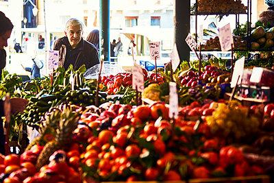 Mann auf dem Wochenmarkt in Venedig - p1312m2082190 von Axel Killian