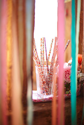 Drinking straws viewed through ribbon in late summer. - p349m2167855 by Sussie Bell