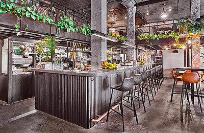 Restaurant im Fabrikstil - p390m1510863 von Frank Herfort