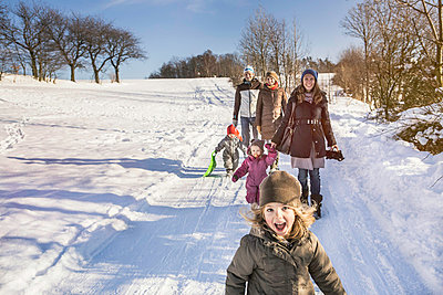 Family walking together in snow - p429m767936 by Alan Graf