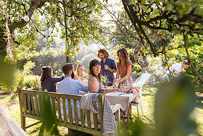 Gartenparty - p788m2037483 von Lisa Krechting