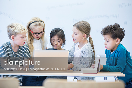 Pupils with laptop learning together in class - p300m2005287 von Fotoagentur WESTEND61