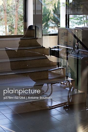 plainpicture | Photo library for authentic images - plainpicture p378m1527264 - Office worker at computer - plainpicture/Millennium/Antoine Boureau