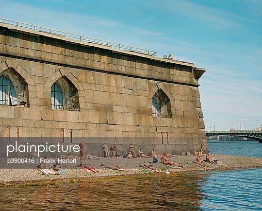 Menschen am Stadtstrand - p3900416 von Frank Herfort