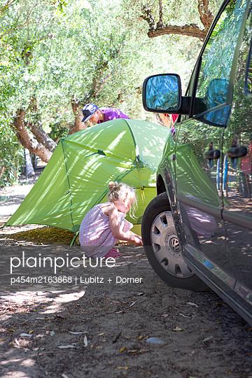 Zelt aufbauen - p454m2163868 von Lubitz + Dorner