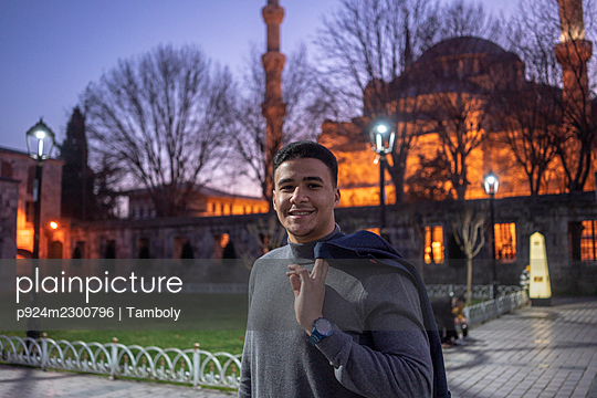 Turkey, Istanbul, Portrait of smiling man in front of Sultan Ahmet mosque - p924m2300796 by Tamboly