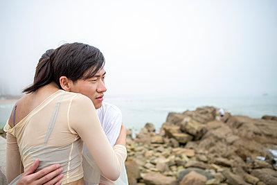Young lovers embraching, portrait - p817m2291151 by Daniel K Schweitzer