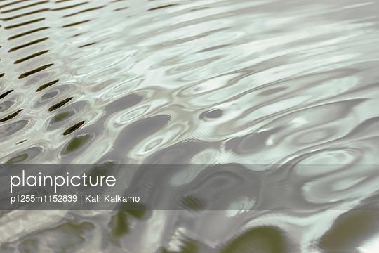 Wellen und Spiegelungen - p1255m1152839 von Kati Kalkamo