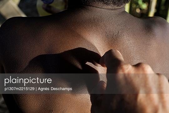 Silhouette on a back's child - p1307m2215129 by Agnès Deschamps