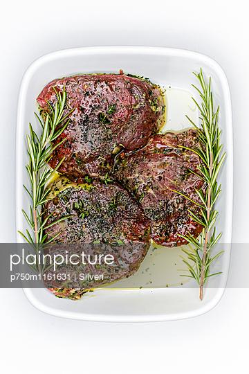 Mariniertes Fleisch - p750m1161631 von Silveri