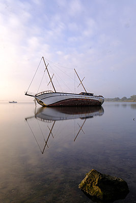 Schiffswrack in der Camargue - p1638m2232140 von Macingosh