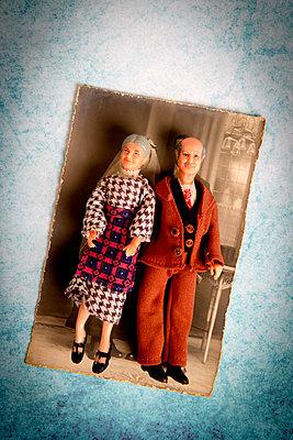 Zwei alte Puppen auf einem Hochzeitsfoto - p451m2100891 von Anja Weber-Decker