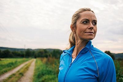 Blonde Frau in Trainingskleidung - p586m971665 von Kniel Synnatzschke