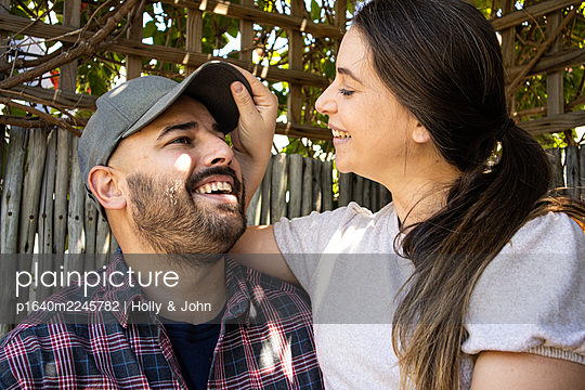 Young couple in the garden, portrait - p1640m2245782 by Holly & John