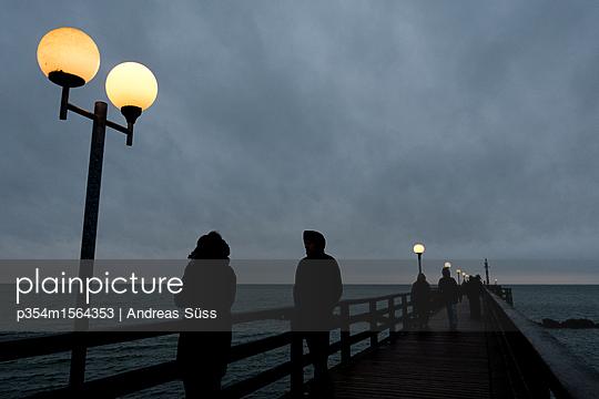 Seebrücke in Wustrow bei Nacht - p354m1564353 von Andreas Süss