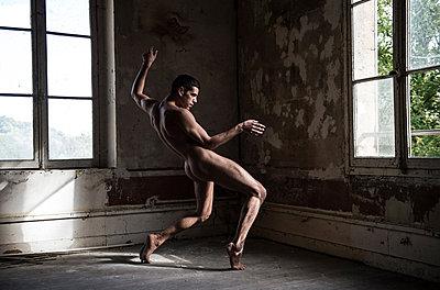 Naked dancer - p1139m2216286 by Julien Benhamou