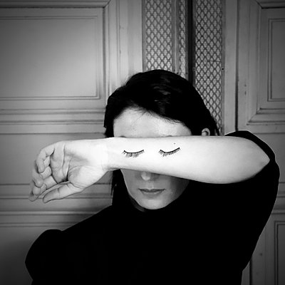 Women with false eyelashes on her arm, portrait - p1521m2215031 by Charlotte Zobel
