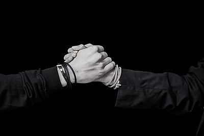 Shaking hands, close-up - p300m2083474 by Jo Kirchherr