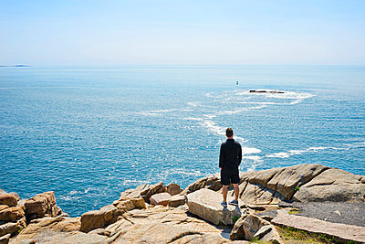 Man standing on Otter Point - p343m1168060 by Leslie Parrott