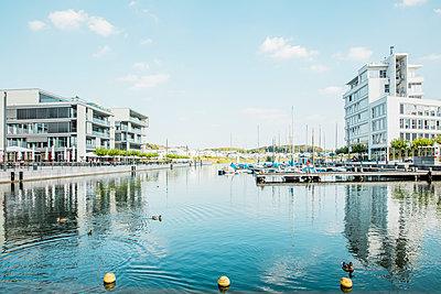 Moderne Architektur und Boote am See - p902m1207619 von Mölleken