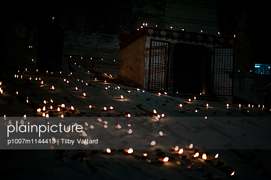 Candles on the floor at night - p1007m1144413 by Tilby Vattard