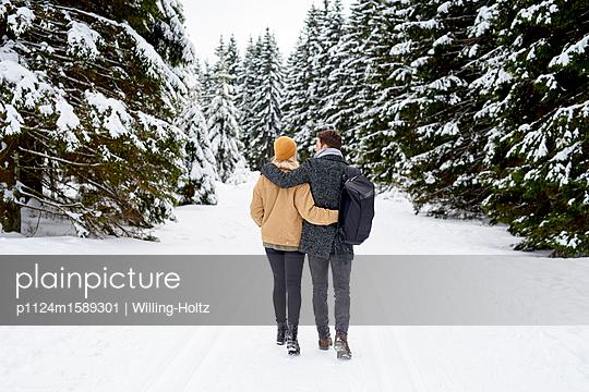 Junges Paar macht einen Winterspaziergang - p1124m1589301 von Willing-Holtz