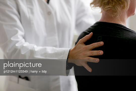 Behandlung - Hand am Rücken - p1212m1123349 von harry + lidy