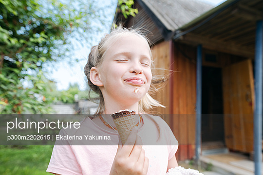 Portrait of happy blond girl with eyes closed enjoying ice cream with in garden - p300m2202615 by Ekaterina Yakunina