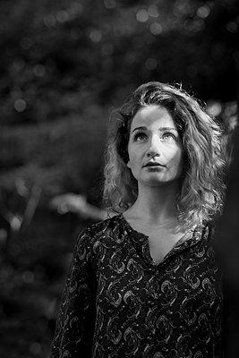 woman in a forest - p1323m2027887 von Sarah Toure