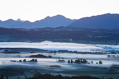 Germany, Auerberg, fog bank - p300m2083267 by dl-photo