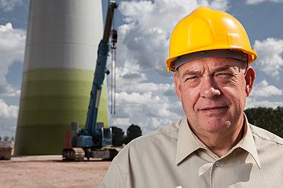 Bauleiter mit gelben Helm  - p327m1216593 von René Reichelt