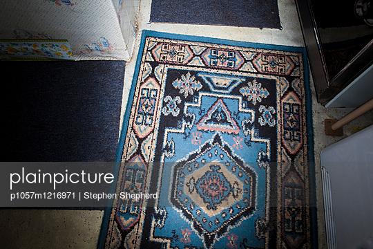 Abgenutzter Orientteppich - p1057m1216971 von Stephen Shepherd