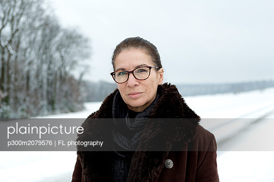 Portrait of mature woman in winter - p300m2079576 by FL photography