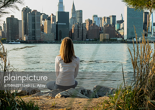 Pause mit Ausblick - p758m2211249 von L. Ajtay