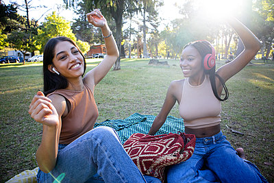 Two teenage girls celebrate to the music - p1640m2259872 by Holly & John
