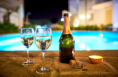 Two glasses of prosecco a the poolside by night - p300m1505197 by Dirk Kittelberger