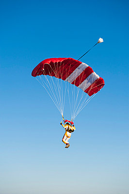 Mid adult woman parachuting - p31226167 by Hans Berggren