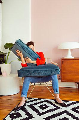 Modische Frau auf Sessel - p432m1424171 von mia takahara