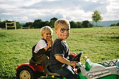 Zwei Jungen mit Spielzeugautos im Park - p819m1065068 von Kniel Mess