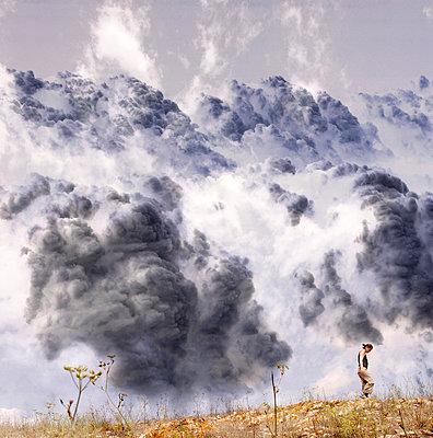 Gewitterwolken und Spaziergaenger - p9792055 von Jaeckel