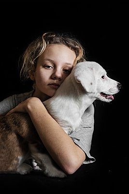 Girl with a corgi, portrait - p1642m2216179 by V-fokuse