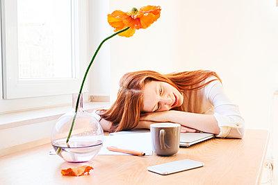 Redheaded woman at home office having a break - p300m1562697 by Jo Kirchherr